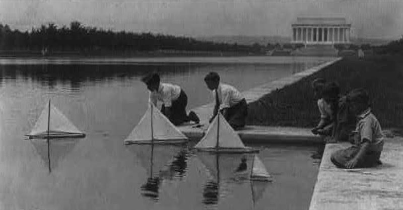 Children played with sailboats in the shadow of the Lincoln Memorial (Photo courtesy Library of Congress)